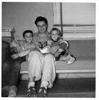 Lenny in Miami , in 1952 with his son Peter, Suzy the cat and his daughter Maggie.